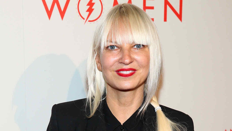 ¡OMG! Sia muestra el rostro y de pasadita… ¡hasta el seno!