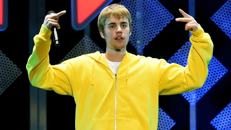 Justin Bieber con hoodie amarilla