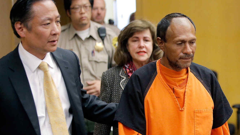 José Inés García Zárate llega a una sala judicial acompañado de su abogado Jeff Adachi, el 7 de julio de 2015, en San Francisco, California.