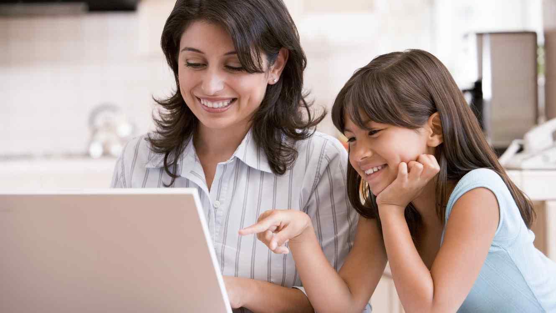 Madre y niña usando computadora