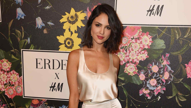 Eiza González con vestido dorado