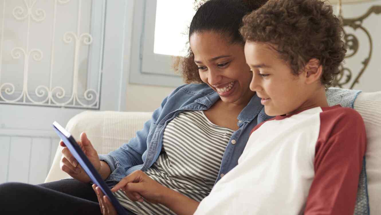 Madre e hijo usando tableta