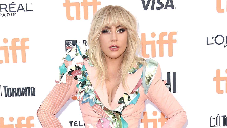 918cebe676 Lady Gaga se puso un sexy vestido de encaje y enseñó toda la pompi ...