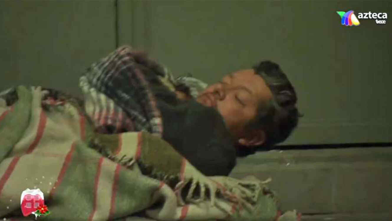 Carlos Peniche fue captado durmiendo en la calle