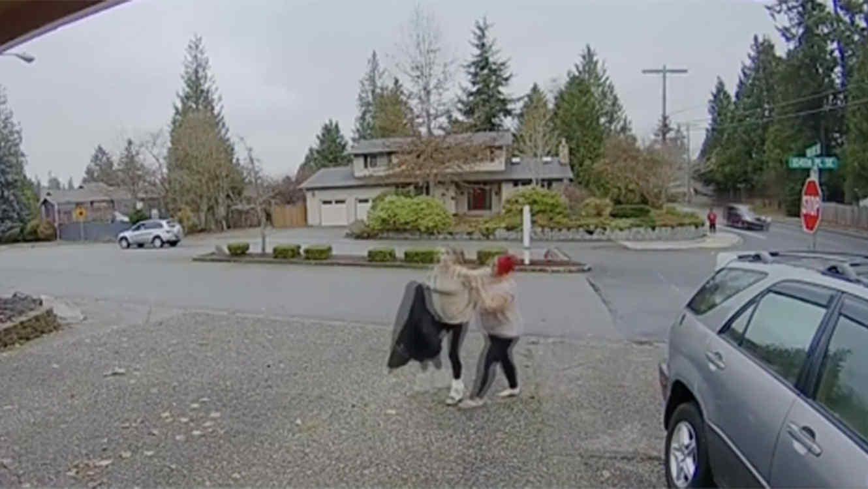 Captan a mujer robando paquetes
