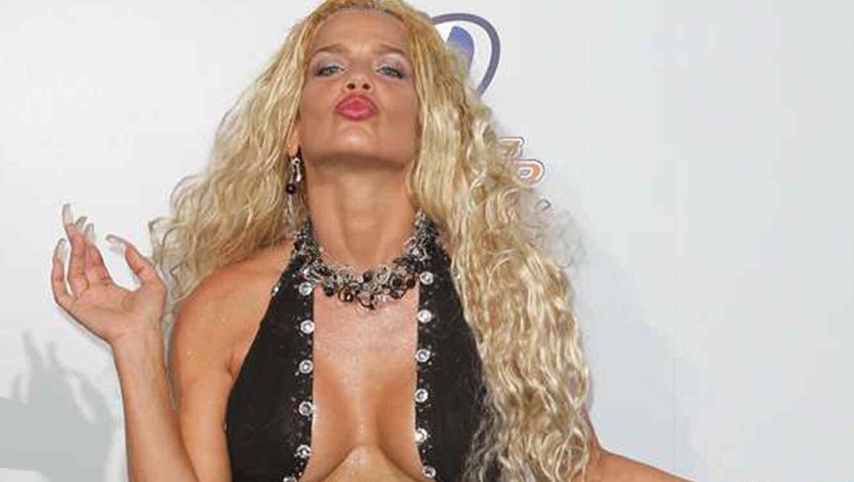Niurka Marcos muestra sus senos durante una entrevista