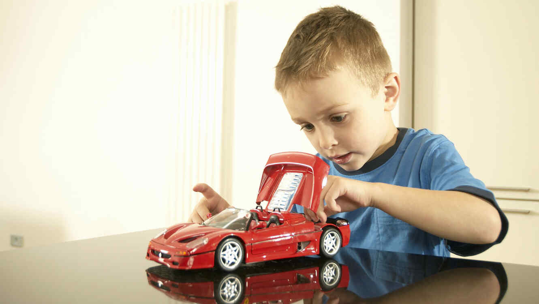 Niño jugando con un carrito
