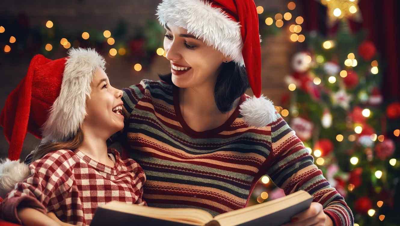 Madre e hija leyendo en Navidad