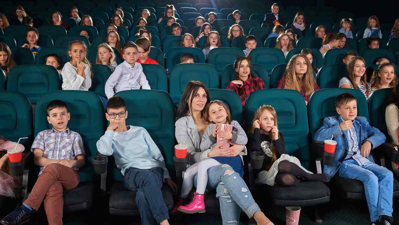 Niños y mujer en el cine