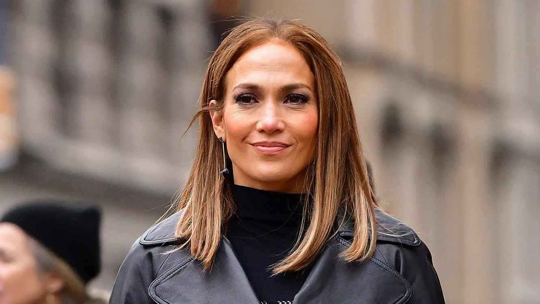 Jennifer Lopez caminando en la calle