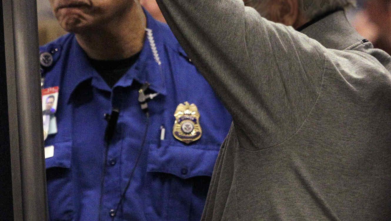 Un agente del TSA revisa a un pasajero