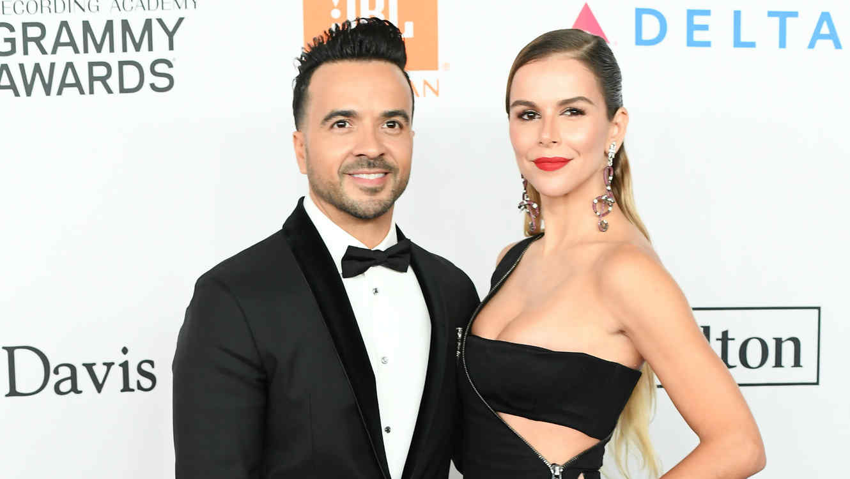 Luis Fonsi y su esposa en los Grammy 2018