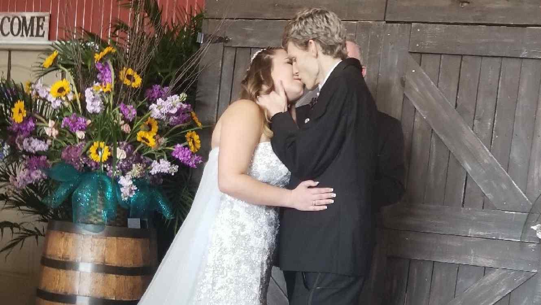 Joven se casa con el amor de su vida antes de morir