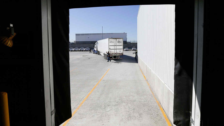 Camión en la frontera entre México y EEUU siendo inspeccionado en una imagen de archivo