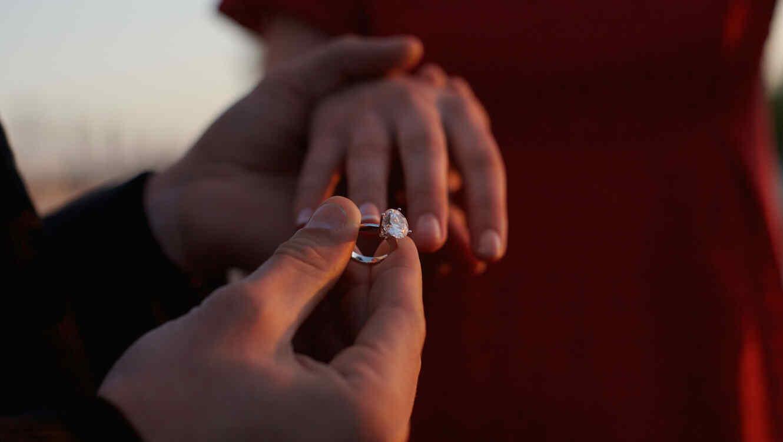 Hombre entregando el anillo