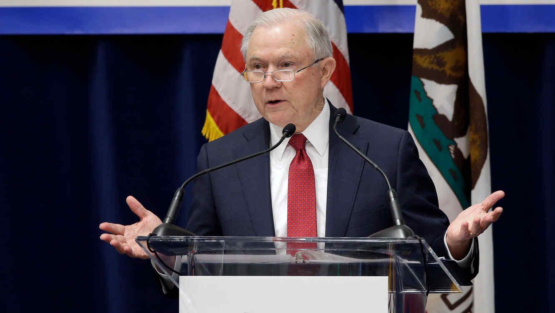 Fiscal General de EEUU, Jeff Sessions, presenta demanda a ley santuario de California en Sacramento