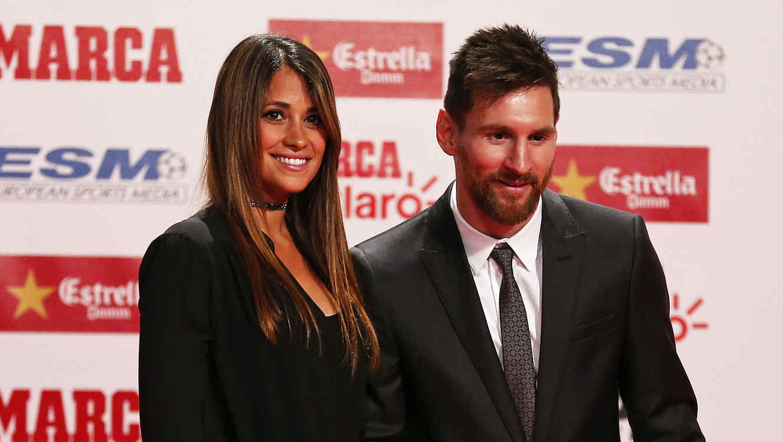 Antonella Roccuzzo posando al lado de Lionel Messi