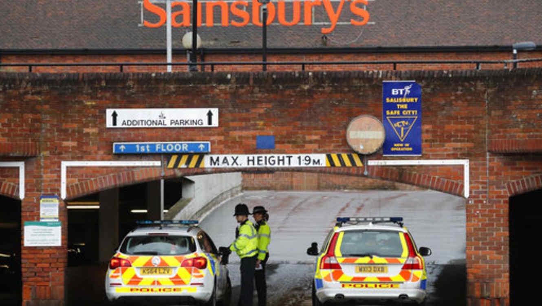 La Policía cierra la entrada al estacionamiento de un supermercado tras encontrar un auto abandonado cerca de donde el exespía ruso y doble agente Sergei Skripal fue encontrado inconsciente.