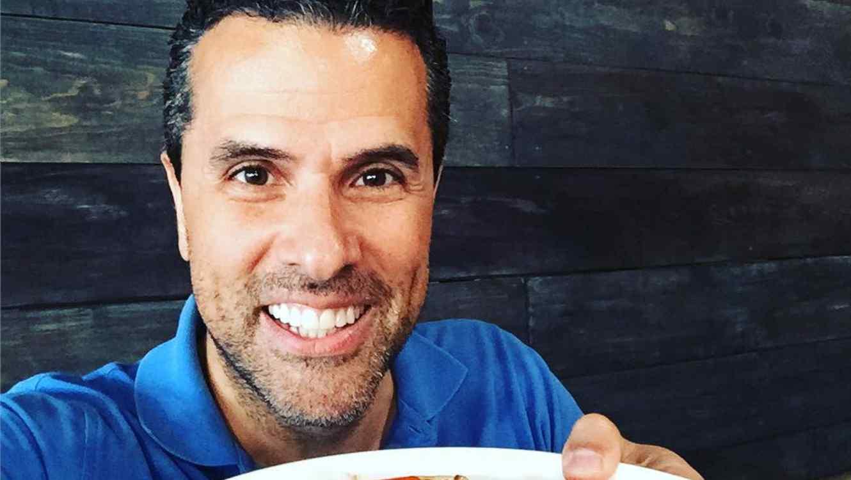 Marco Antonio Regil comiendo pasta