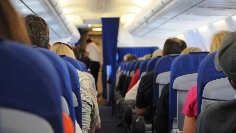 Captan pareja manteniendo relaciones sexuales en avión con destino a México