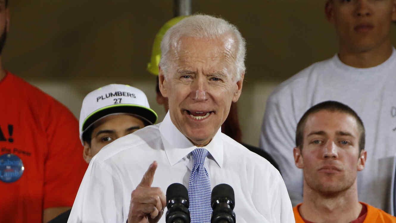 En esta foto de archivo del 6 de marzo de 2018, el exvicepresidente Joe Biden habla en un acto político en Collier, Pensilvania.