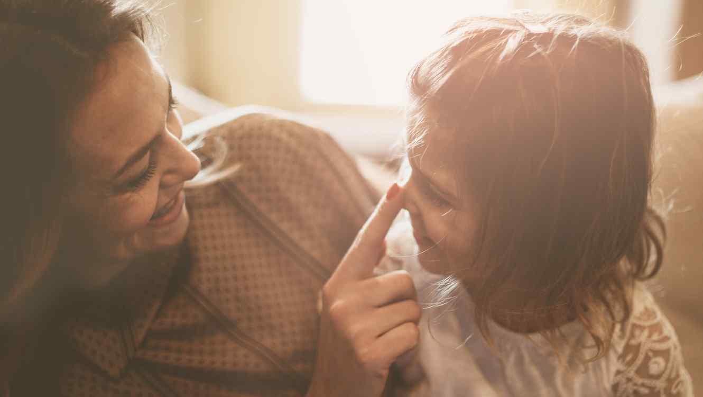 Madre e hija riendo