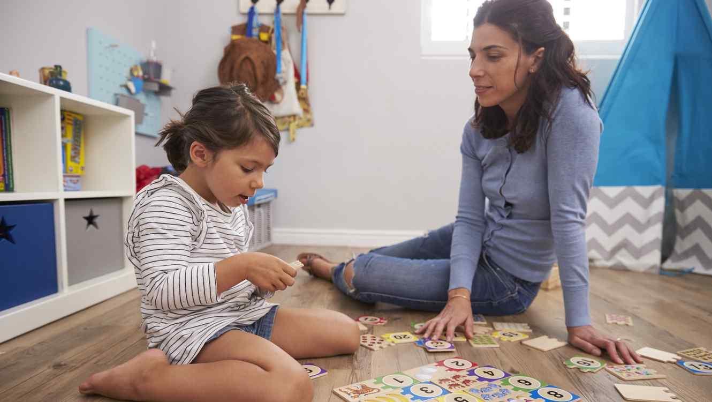 Madre e hija jugando juntas