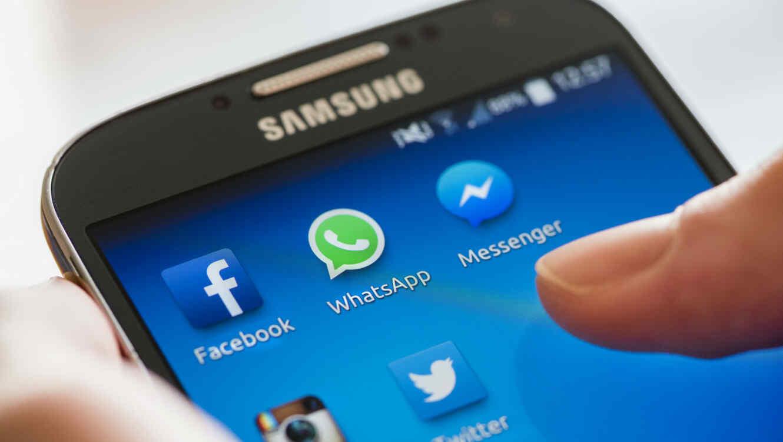 Celular con WhatsApp