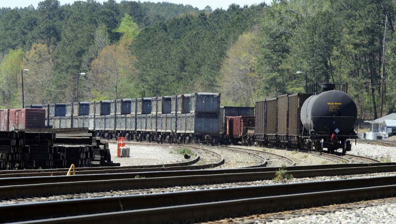 Tren hediondo atormenta pequeño pueblo de Alabama — Huele a muerte