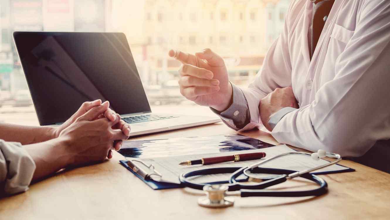 Médico y paciente teniendo una conversación