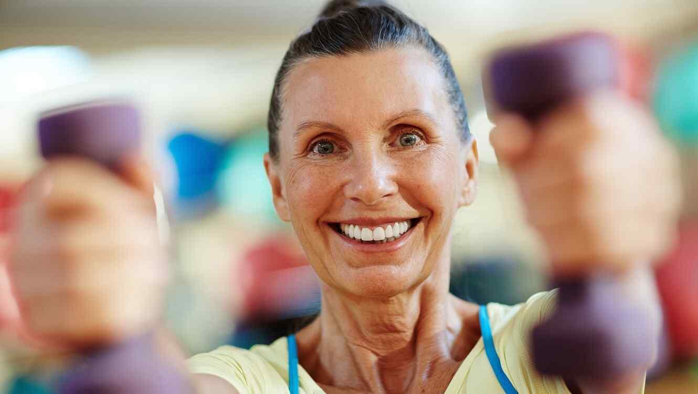 Mujer realizando ejercicio físico con pesas