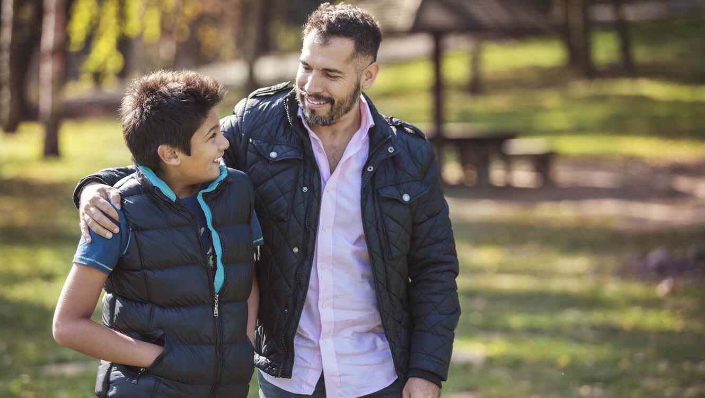 Padre e hijo caminando al aire libre