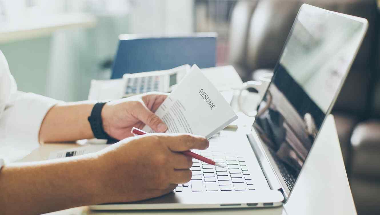 Cómo hacer un currículum perfecto? Aquí está la clave | Telemundo