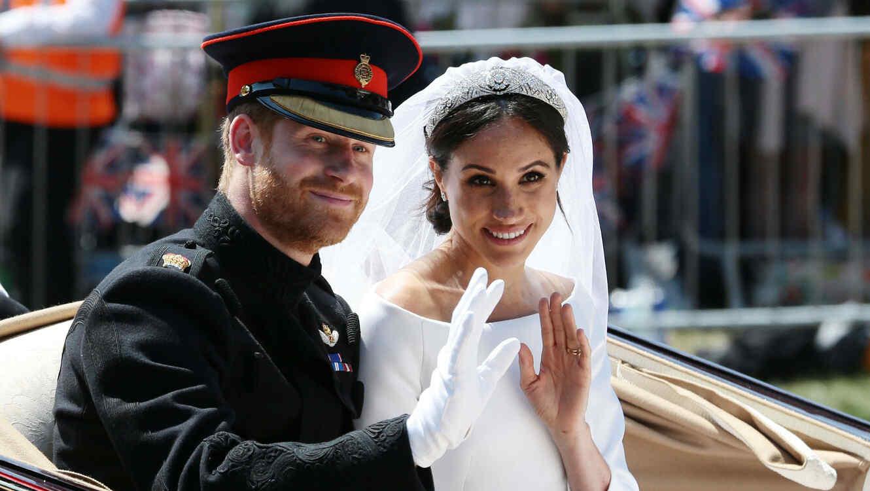 Meghan Markle y el príncipe Harry saludando
