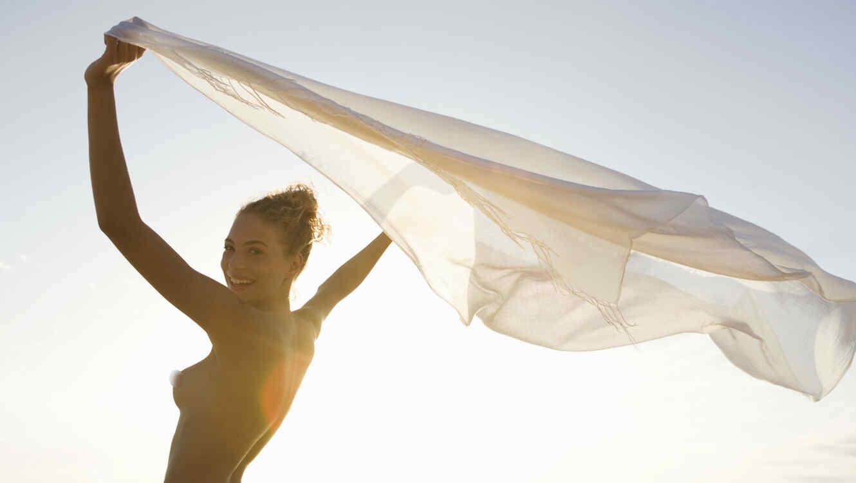 Mujer desnuda en la playa