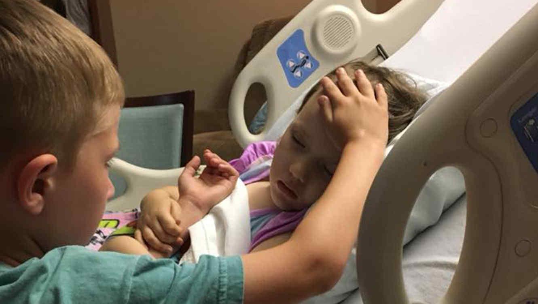 La desgarradora despedida de un niño de su hermanita por cáncer