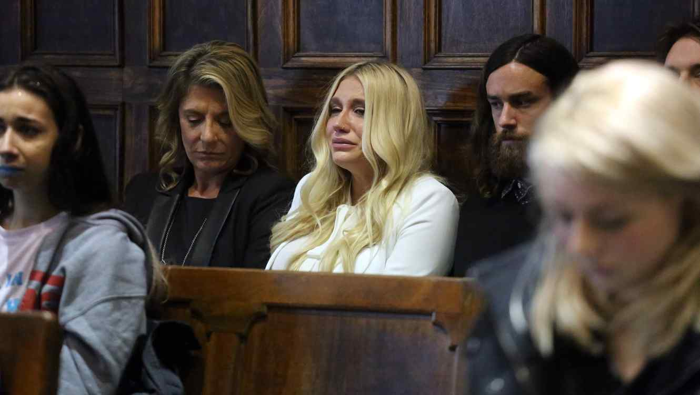 Kesha llora en corte