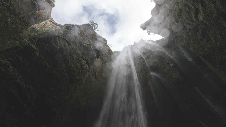 Hombre cae mortalmente por una cascada por intentar tomar foto