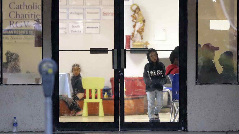 Cerca de 2300 niños que han llegado a la frontera en Estados Unidos han sido separados de sus familias durante un período de seis semanas.