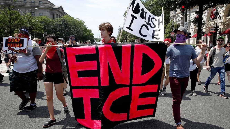 Los activistas de inmigración portan un letrero pidiendo la abolición de ICE,fuera del Departamento de Justicia en Washington el 30 de junio de 2018. Joshua Roberts / Reuters