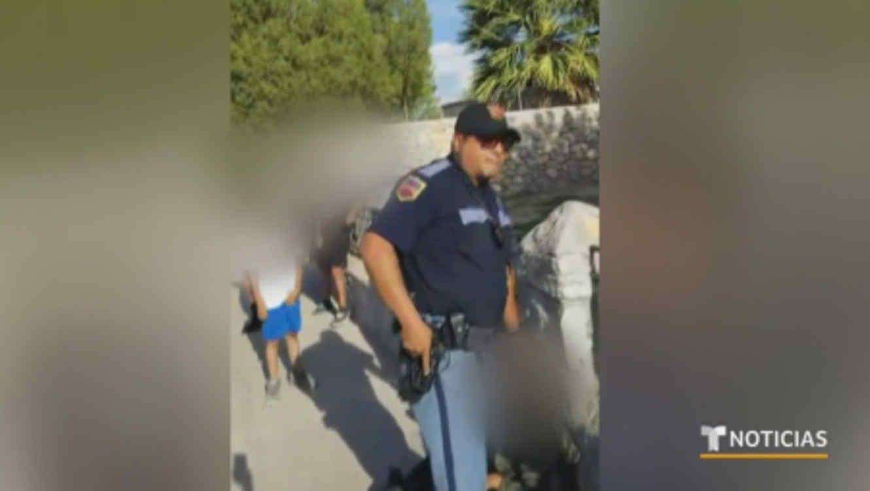 Policía de El Paso apunta a niños con su arma de cargo