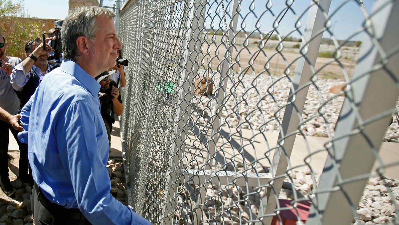 El alcalde de Nueva York, Bill de Blasio, mira una tienda donde separan a familias de inmigrantes en Fabens, Texas, el 21 de junio