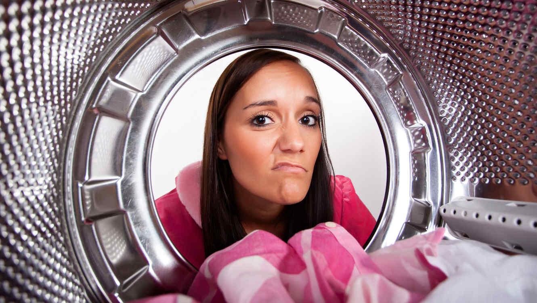 Mujer mirando por lavadora