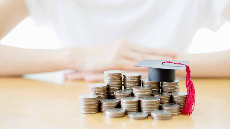 Monedas con birrete de graduación