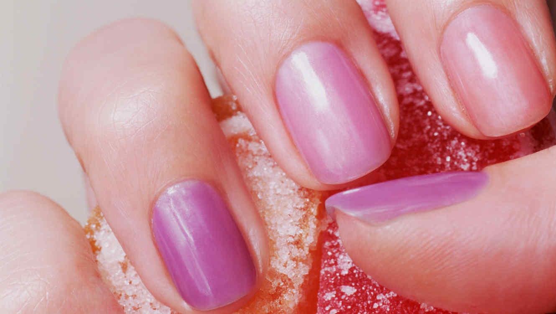 Mano con manicura de colores