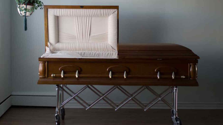 Duerme en un ataúd para atraer buena suerte y muere