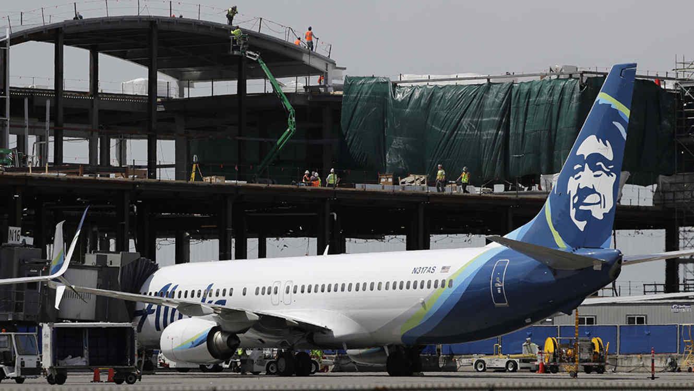 Un avión de Alaska Airlines permanece en el Aeropuerto Internacional Seattle-Tacoma, en Seattle.