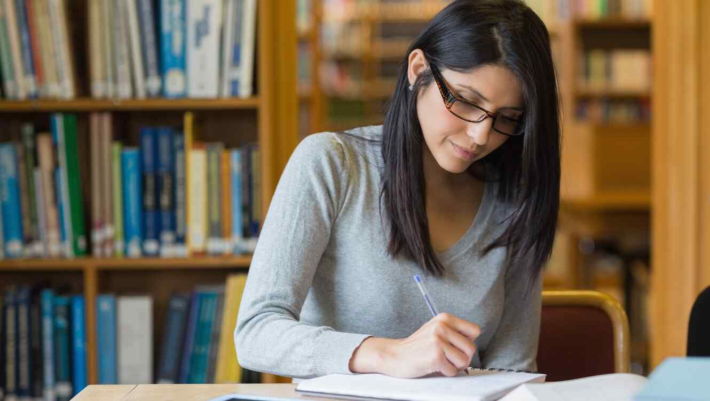 Mujer joven escribiendo en cuaderno