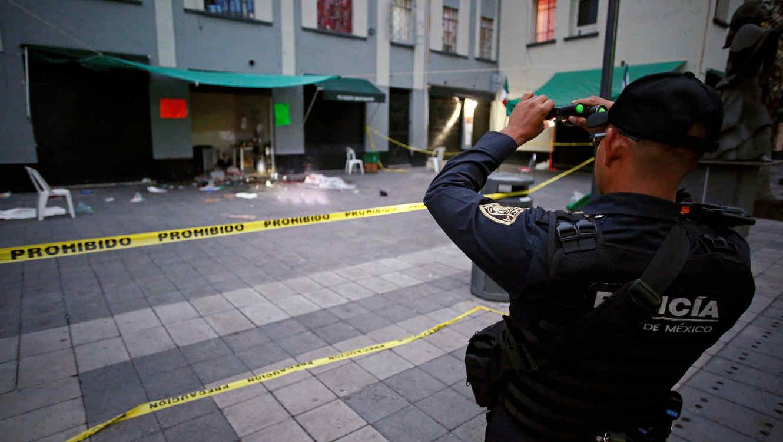 Un policía en la Plaza Garibaldi en Ciudad de México donde se registró un tiroteo en la noche del 14 de septiembre de 2018