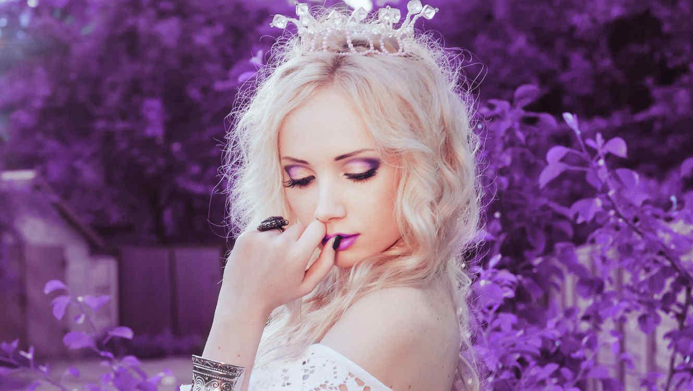 Mujer maquillada con corona